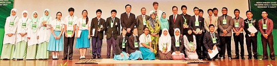 Deputy Minister of Culture, Youth and Sports, Datin Paduka Hjh Adina binti Othman, in a group pho-to with the winners of the Go Green Youth Awards 'Switch 4 Tomorrow' Challenge